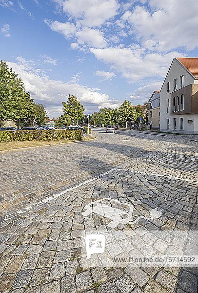 Deutschland  Sachsen-Anhalt  Quedlinburg  Elektroauto-Ladestation auf Kopfsteinpflaster