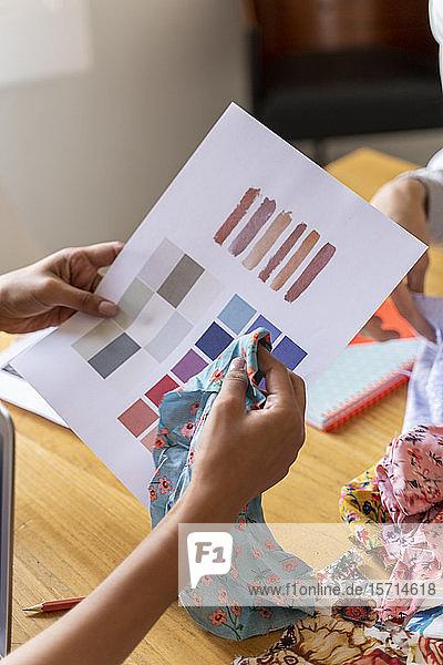 Modedesigner mit Farbmuster im Amt