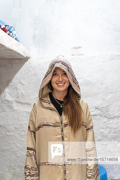Porträt eines lächelnden jungen Woamn mit Djellaba  Fez  Marokko