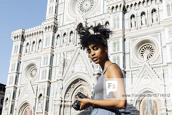 Porträt einer jungen Frau mit Kamera vor der Kathedrale  Florenz  Italien
