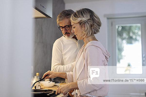 Reifes Paar in der heimischen Küche