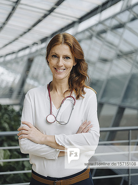 Porträt einer lächelnden Ärztin