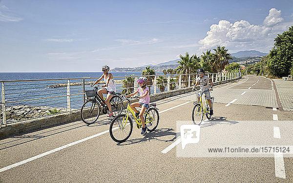 Mutter mit Kindern während einer Fahrradtour zwischen San Lorenzo und San Remo  Italien
