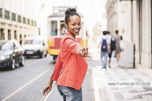 Porträt einer glücklichen jungen Frau in der Stadt  Lissabon  Portugal