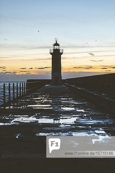 Portugal  Bezirk Porto  Porto  Silhouette des Leuchtturms von Felgueiras gegen den Himmel in der Abenddämmerung