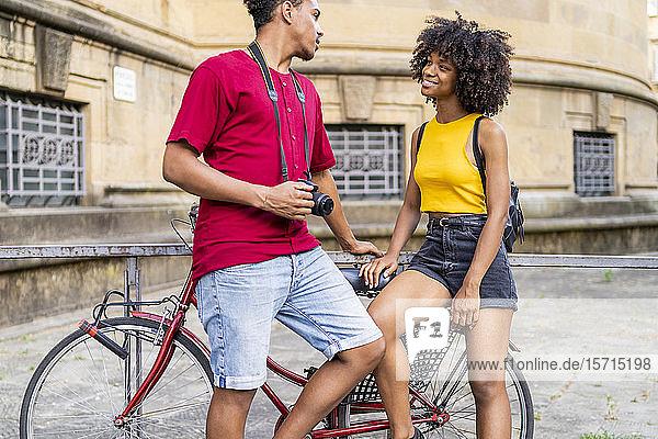 Glückliches junges Paar mit Fahrrad in der Stadt  Florenz  Italien