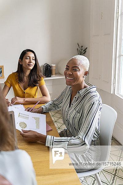Glückliche Geschäftsfrauen mit einer Sitzung im Amt