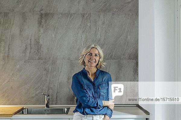Porträt einer lächelnden reifen Frau in der heimischen Küche Porträt einer lächelnden reifen Frau in der heimischen Küche