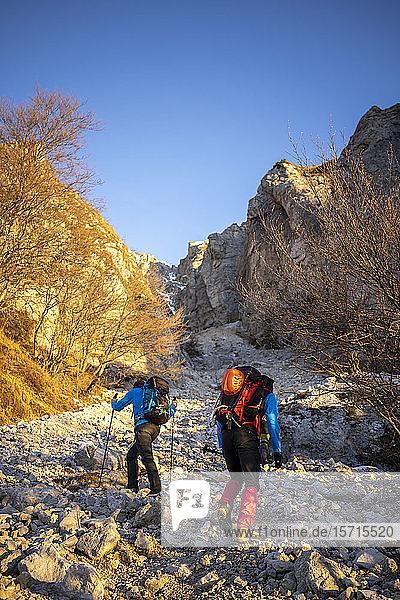 Zwei Wanderer beginnen den Aufstieg zum Berg  Orobie Alps  Lecco  Italien