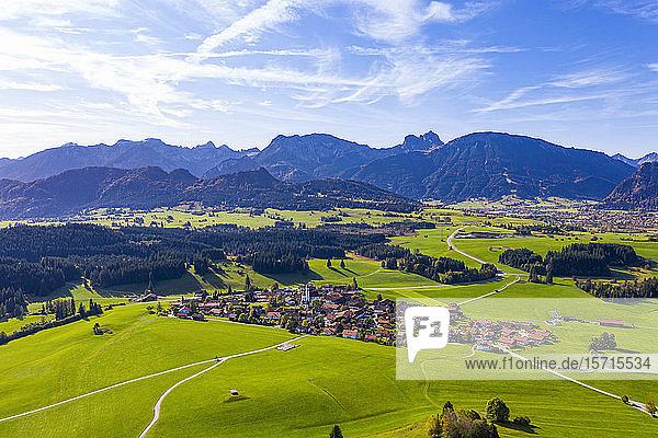 Deutschland  Bayern  Zell bei Eisenberg  Luftaufnahme eines Dorfes in den Allgäuer Alpen