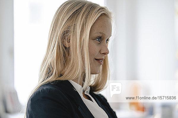 Porträt einer jungen Geschäftsfrau im Amt