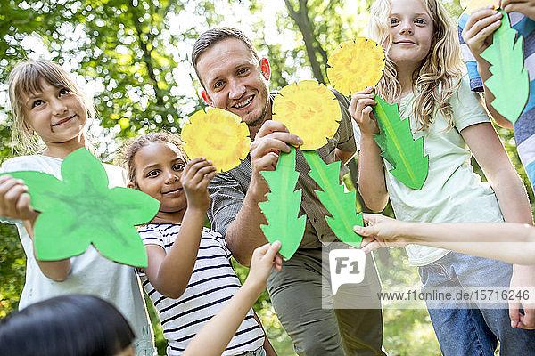 Schulkinder lernen  verschiedene Blattformen zu unterscheiden