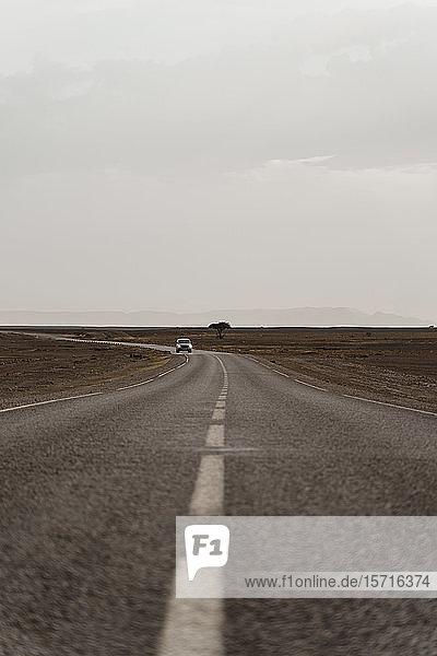 Autofahren auf der Landstraße  Fez  Marokko