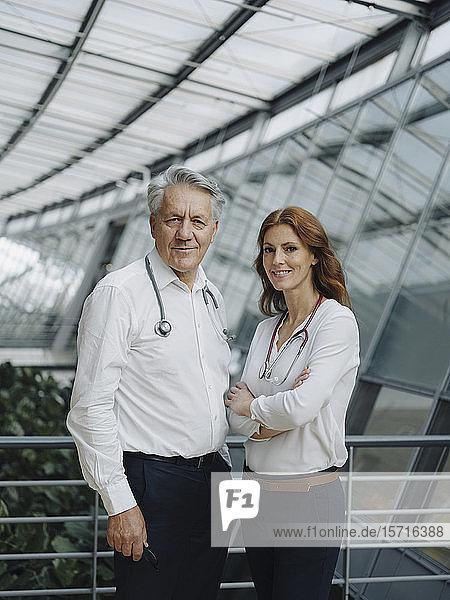 Porträt von zwei selbstbewussten Ärzten