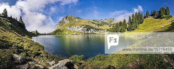 Deutschland  Bayern  Allgäuer Alpen  Oberstdorf  Seealpsee in Berglandschaft