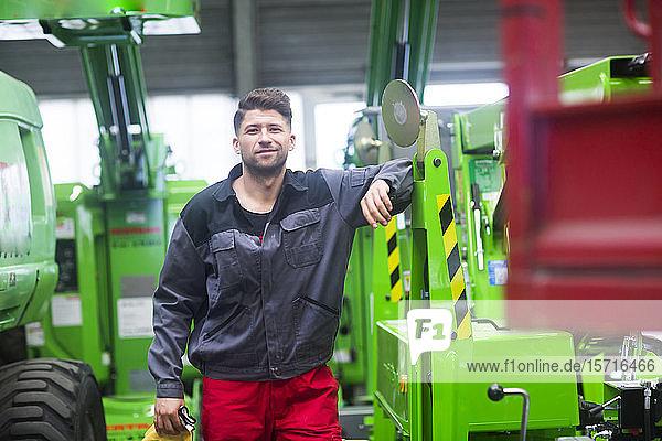 Facharbeiter  Arbeit in Fließbandwerkstatt  Porträt