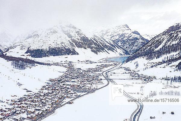 Italien  Provinz Sondrio  Livigno  Luftaufnahme einer schneebedeckten Stadt in den italienischen Alpen