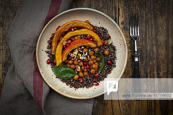Schüssel Quinoa mit gebackenem Kürbis  Kichererbsen  Granatapfel  Basilikum  Walnüssen und Kürbiskernen