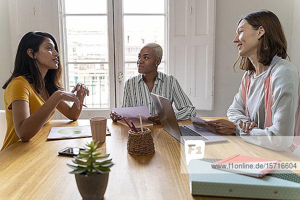Geschäftsfrauen mit einer Sitzung im Amt