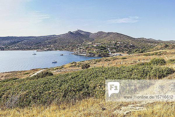 Segelboote an der Küste von Kap Sounion  Attika  Griechenland