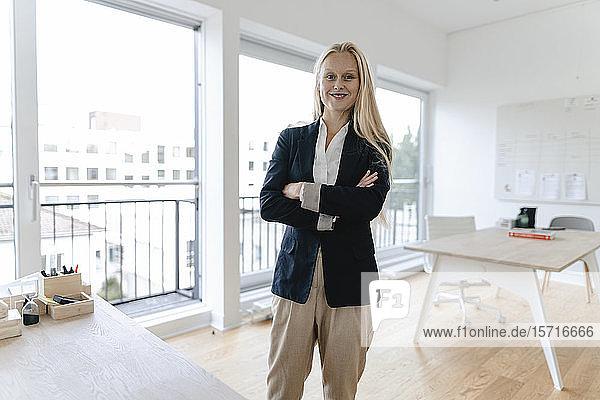 Porträt einer lächelnden jungen Geschäftsfrau im Amt