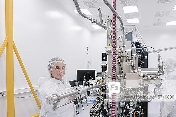 Labortechniker  der im Labor des Wissenschaftszentrums an einem Gerät arbeitet