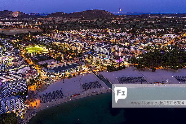Spanien  Balearen  Mallorca  Region Calvia  Luftaufnahme über Costa de la Calma und Santa Ponca mit Hotels und Stränden in der Abenddämmerung