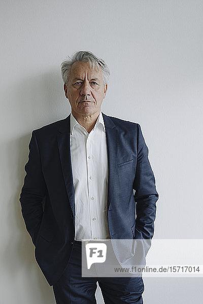 Porträt eines seriösen Senior-Geschäftsmannes