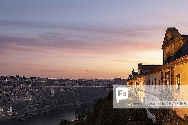 Portugal  Bezirk Porto  Vila Nova de Gaia  Kloster Serra do Pilar im Morgengrauen mit der Dom-Luis-I-Brücke im Hintergrund