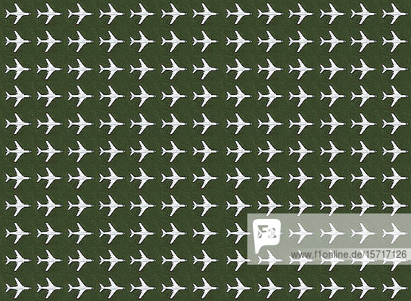 Luftaufnahme von Reihen von Flugzeugen  die auf grünem Gras stehen