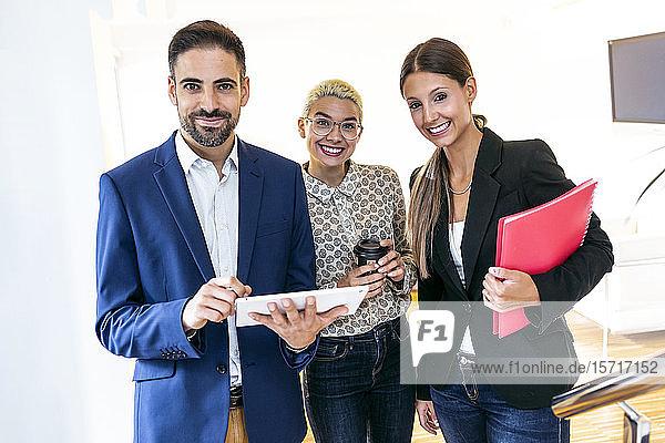 Porträt von lächelnden Geschäftsleuten im Amt
