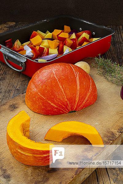 Gehacktes Gemüse: Hokkaido-Kürbis  Kartoffeln  Paprika und rote Zwiebeln