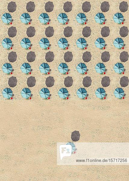 Luftaufnahme von Reihen türkisfarbener Sonnenschirme
