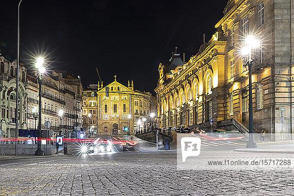 Portugal  Bezirk Porto  Porto  Fahrzeugbeleuchtungsstreifen vor dem Bahnhof von Sao Bento bei Nacht