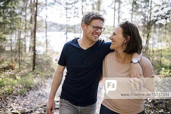 Glückliches Paar in einem Wald