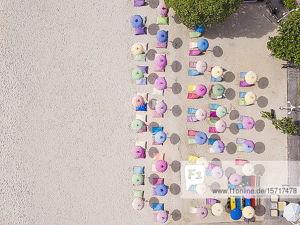 Indonesien  Bali  Nusa Dua  Luftaufnahme der bunten Sonnenschirme am Strand des Resorts