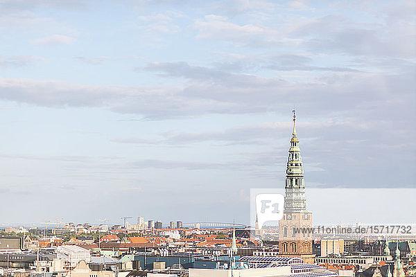 Dänemark  Kopenhagen  Wolken über dem hohen Uhrturm mit Blick auf die umliegenden Altstadtgebäude