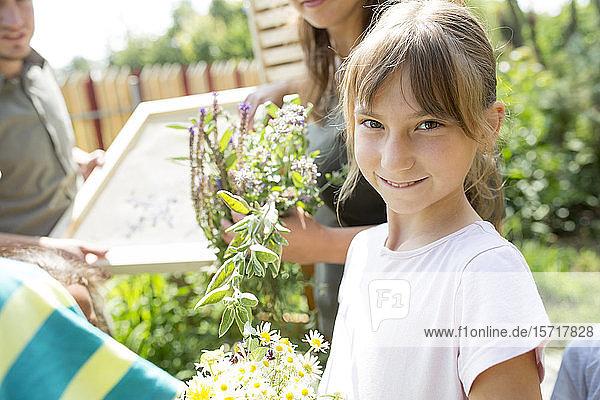 Schulkinder lernen in Naturstudien über Kräuter