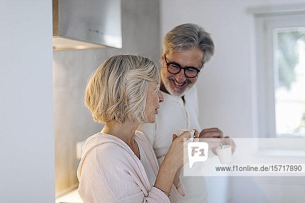 Reifes Paar trinkt zu Hause Kaffee in der Küche