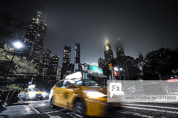 USA  New York  Gelbes Taxi nachts auf der Straße