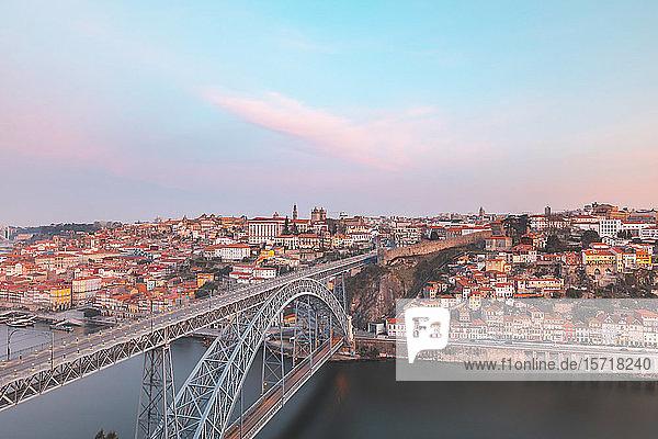 Portugal  Bezirk Porto  Porto  Luftaufnahme der Brücke Dom Luis I im Morgengrauen