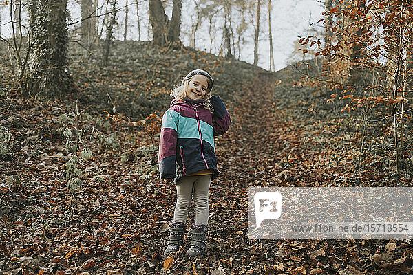 Mädchen beim Waldspaziergang