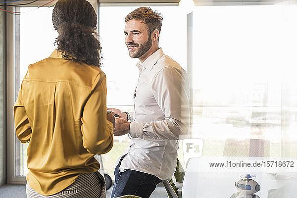 Geschäftsmann und Geschäftsfrau haben eine Besprechung im Amt