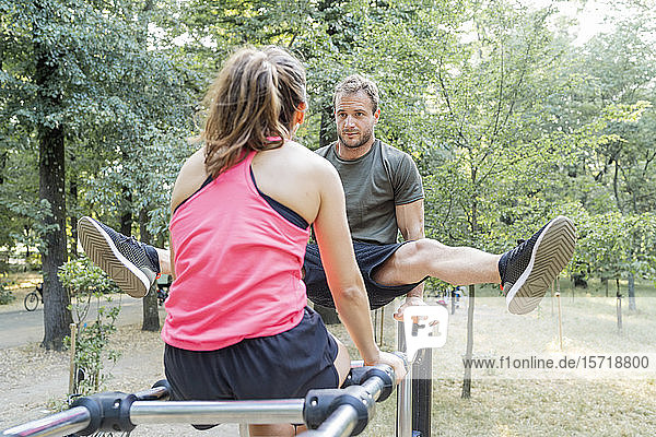 Mann und Frau trainieren auf einem Fitnessparcours Mann und Frau trainieren auf einem Fitnessparcours