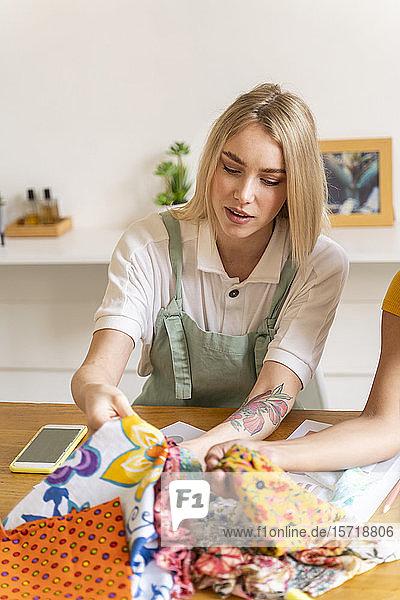 Porträt einer Modedesignerin bei der Arbeit im Büro