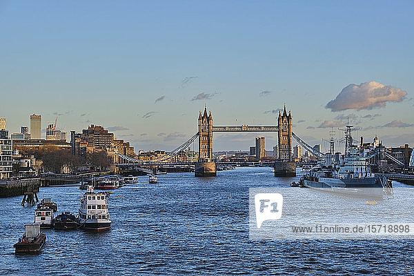 UK  England  London  Boote und Schiff auf der Themse mit der Tower Bridge im Hintergrund