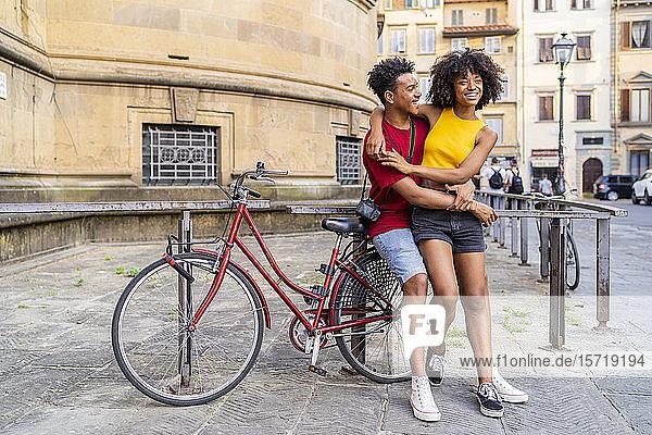 Glückliches junges Paar mit Fahrrad in der Stadt  Florenz  Italien Glückliches junges Paar mit Fahrrad in der Stadt, Florenz, Italien