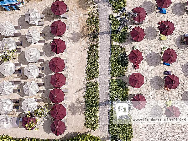 Indonesien  Bali  Nusa Dua  Luftaufnahme der Sonnenschirme am Strand