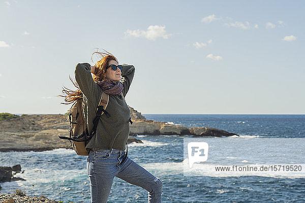 Rothaarige junge Frau an der Küste  Ibiza  Spanien