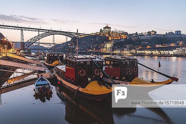 Portugal  Distrikt Porto  Porto  Rabelo-Boote im Morgengrauen am Fluss Douro festgemacht